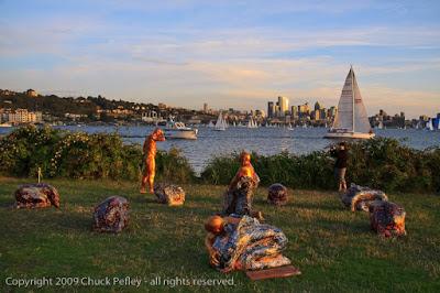 Resultado de imagen de Gas Park, Seattle una noche apareció un montón de estatuas de papel maché